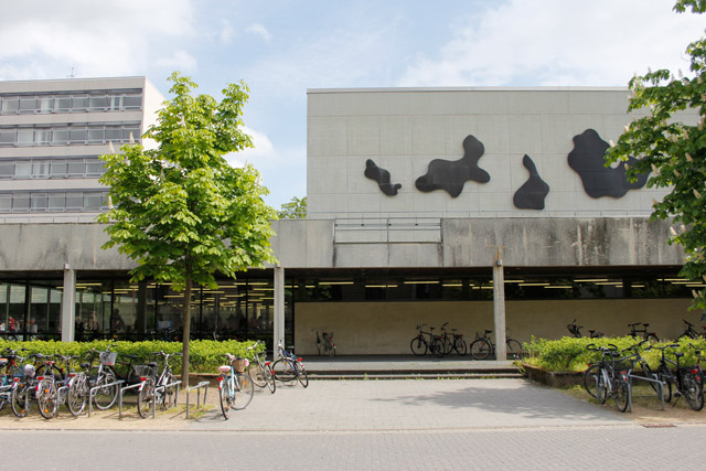 Hans-Arp-Relief auf dem Forumsplatz der TU Braunschweig