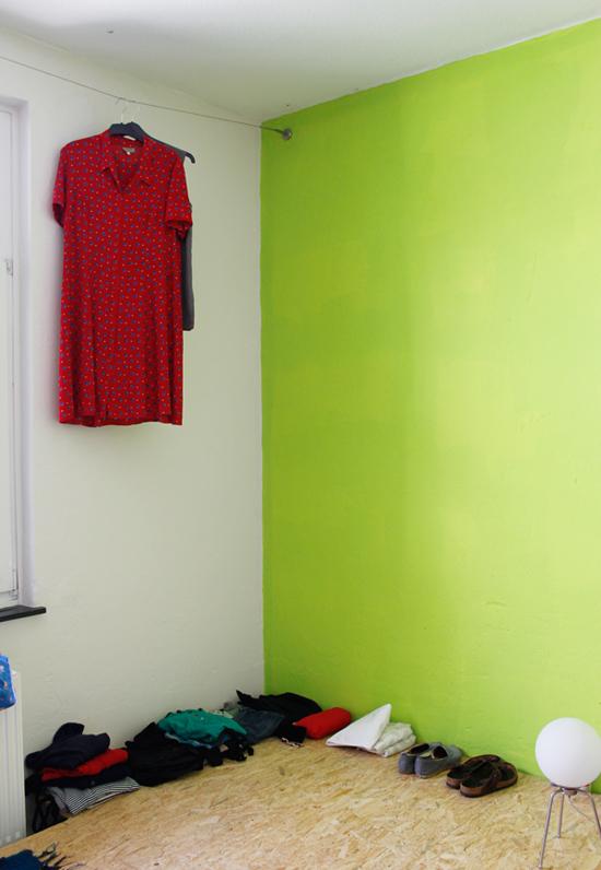 Spartanisch eingerichtetes Studentenzimmer. Die schreckliche Wandfarbe hatte ich mir nicht ausgesucht.